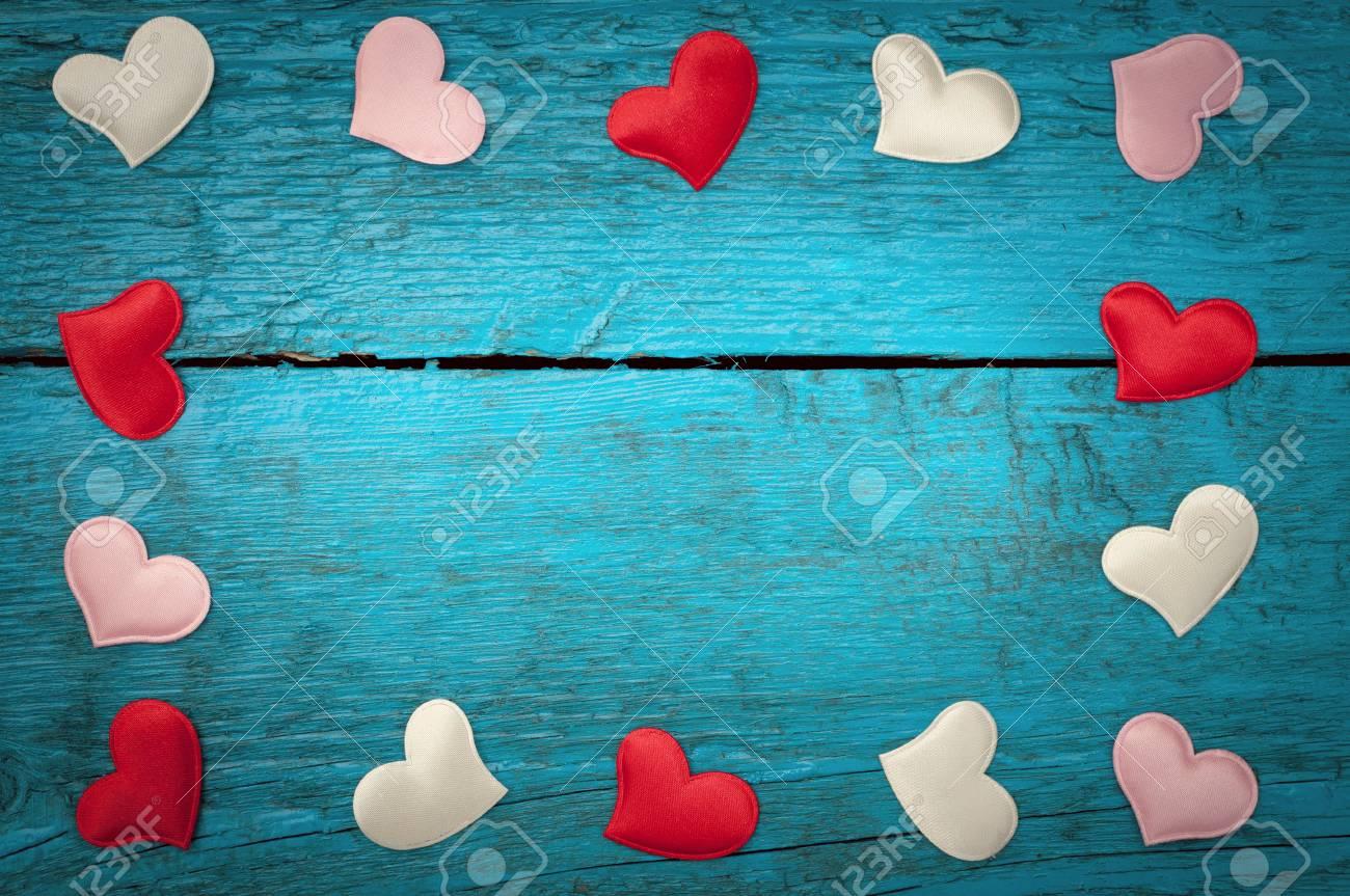 Día De San Valentín. Corazones Rojos En Las Placas De Color Azul ...