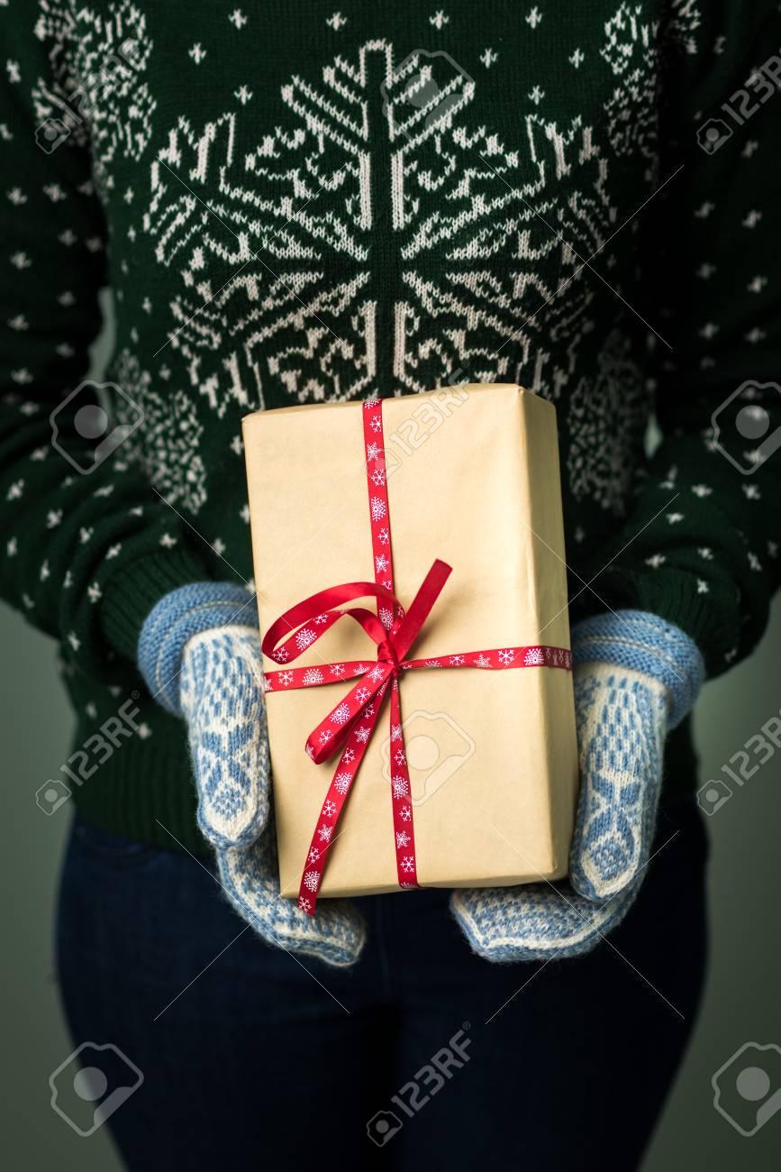 Weihnachtshintergrund. Mädchen Hält Ein Weihnachtsgeschenk ...