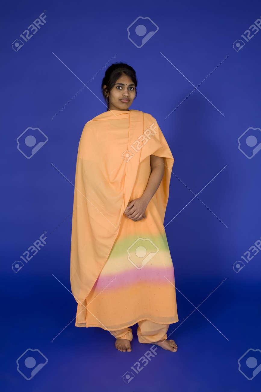 Le Bel Adolescent Indou S Est Habille Dans Une Robe Indienne Traditionnelle Banque D Images Et Photos Libres De Droits Image 874514