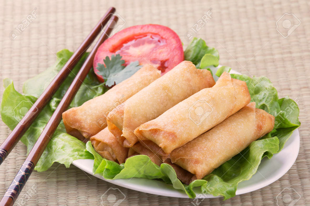 Traditioneel Chinees Bed : Traditional chinese spring rolls on a bed of lettuce stock photo