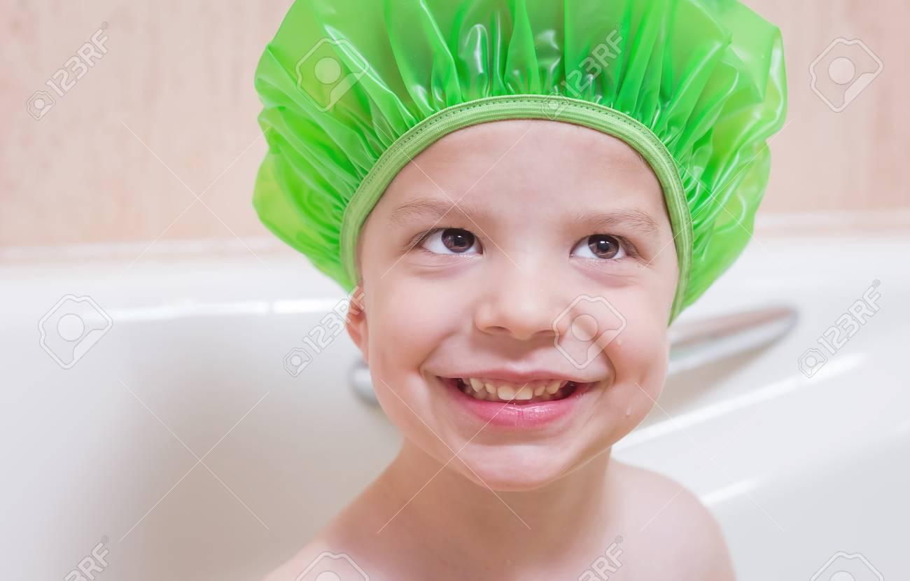 Bagno Con Un Ragazzo : Immagini stock ragazzo felicità sveglio con un berretto verde