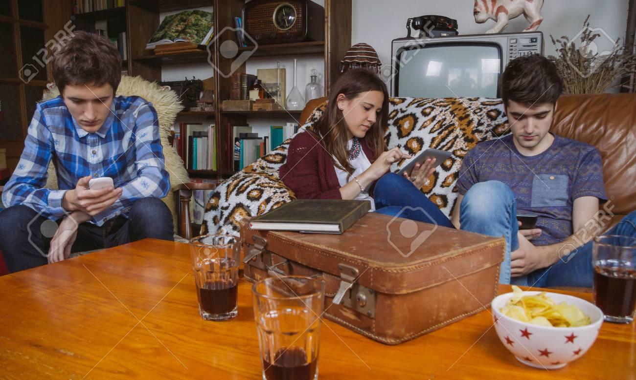 Gruppe Von Freunden Entspannen Mit Digitalen Geräten In Einem ...