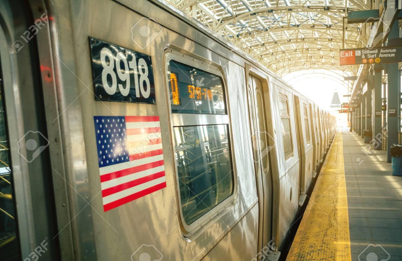 ニューヨーク市地下鉄の駅で電車...