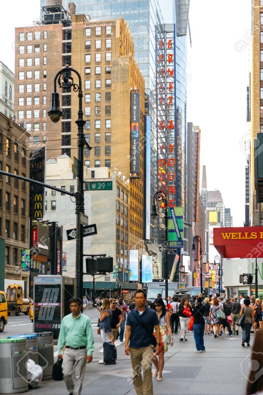 マンハッタン、ニューヨーク市、米国の 7 番街で歩く人 の写真素材 ...