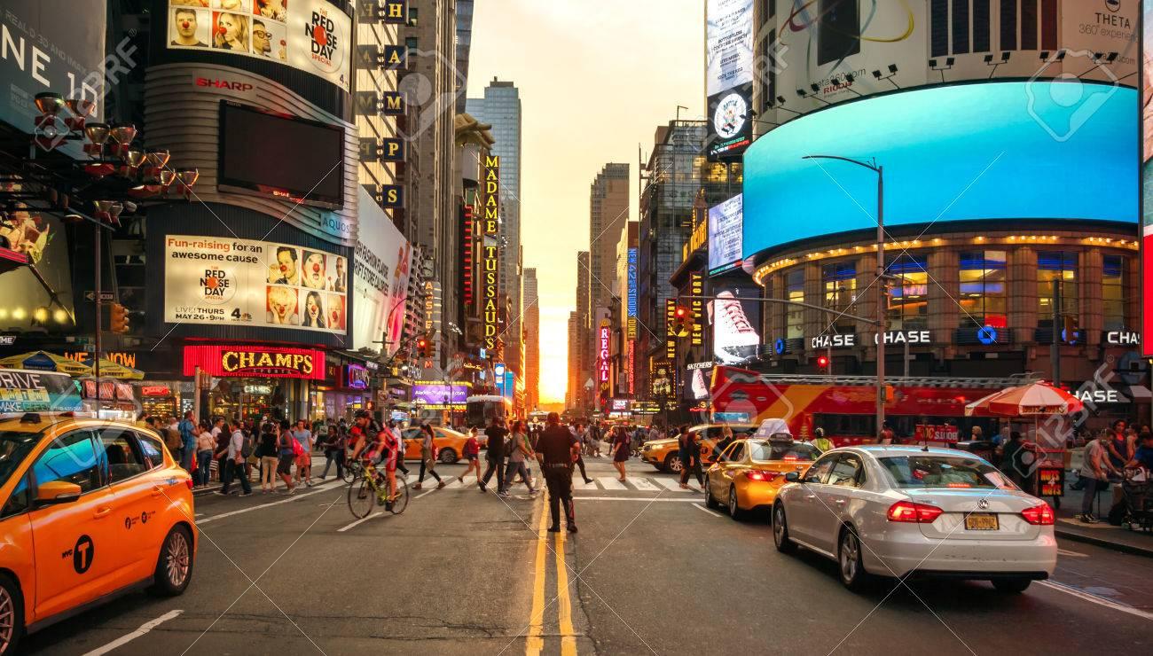7 番街、マンハッタン、ニューヨーク市、米国の交通を制御する警察 の ...