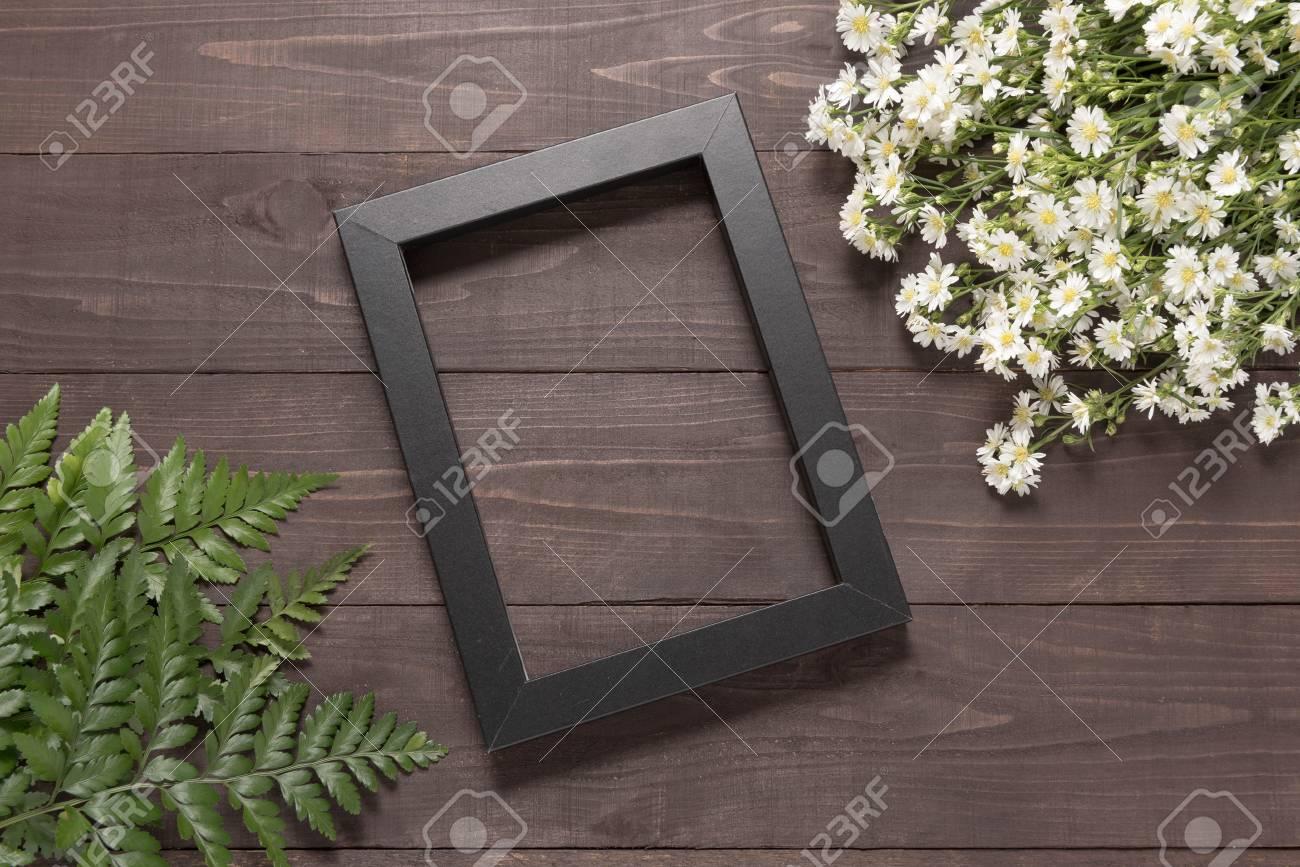Der Rahmen Ist Auf Dem Hölzernen Hintergrund Mit Cutter Blumen Und ...
