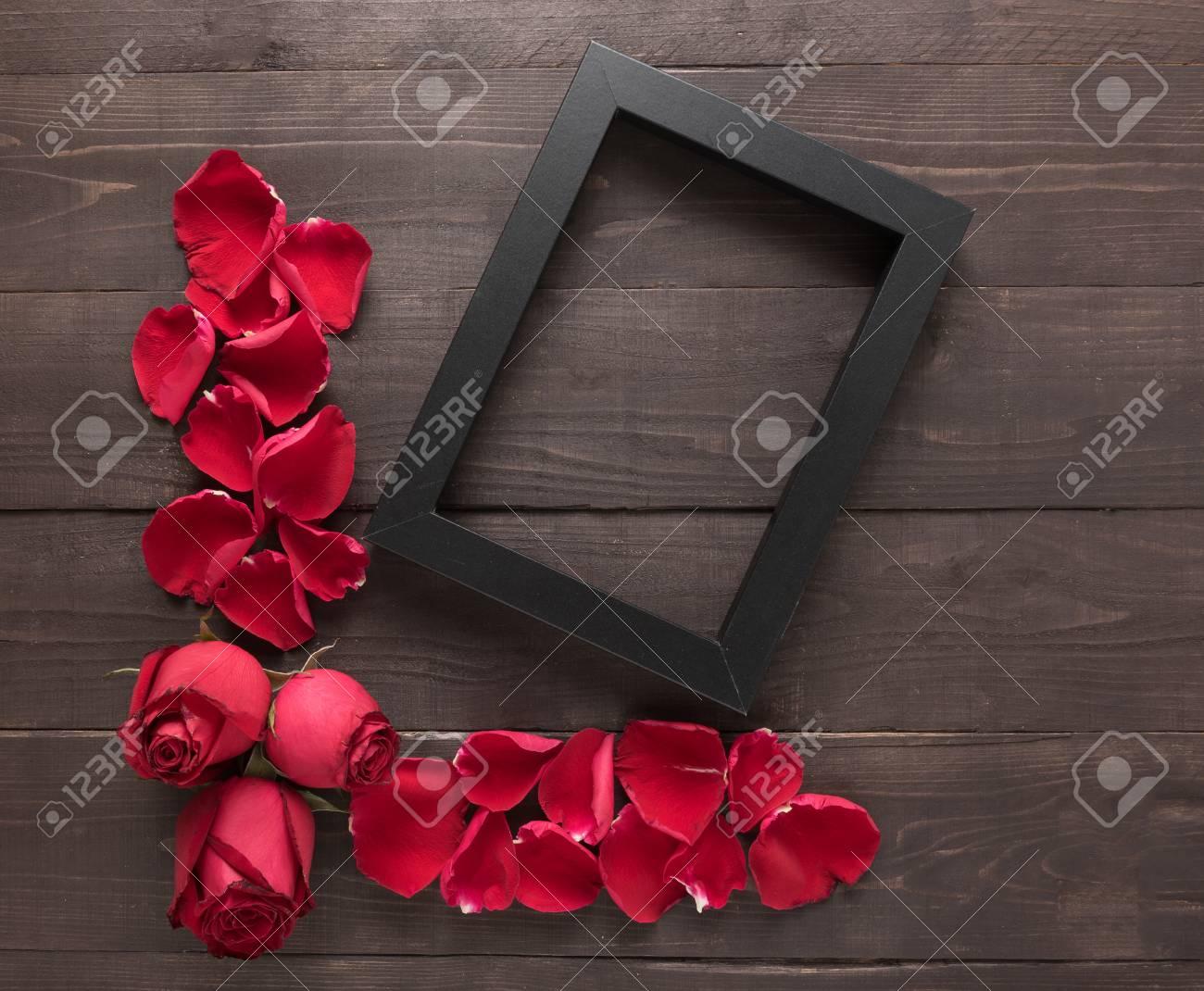 Rote Rosen Blumen Und Ein Rahmenbild Sind Auf Dem Hölzernen ...