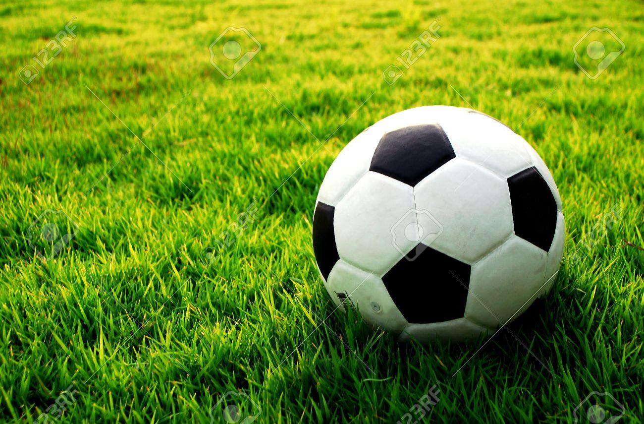 Foto de archivo - Fútbol campo de fútbol de hierba estadio línea de pelota  fondo textura ligera sombra en el césped 8e845cf8b45db
