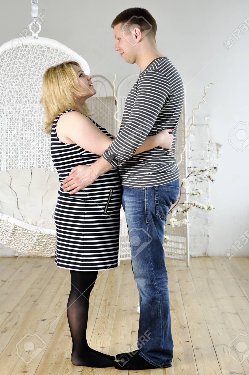 Kocası ile mutlu hamilelik kadın birbirini bakmak stok fotoğraf 24363931