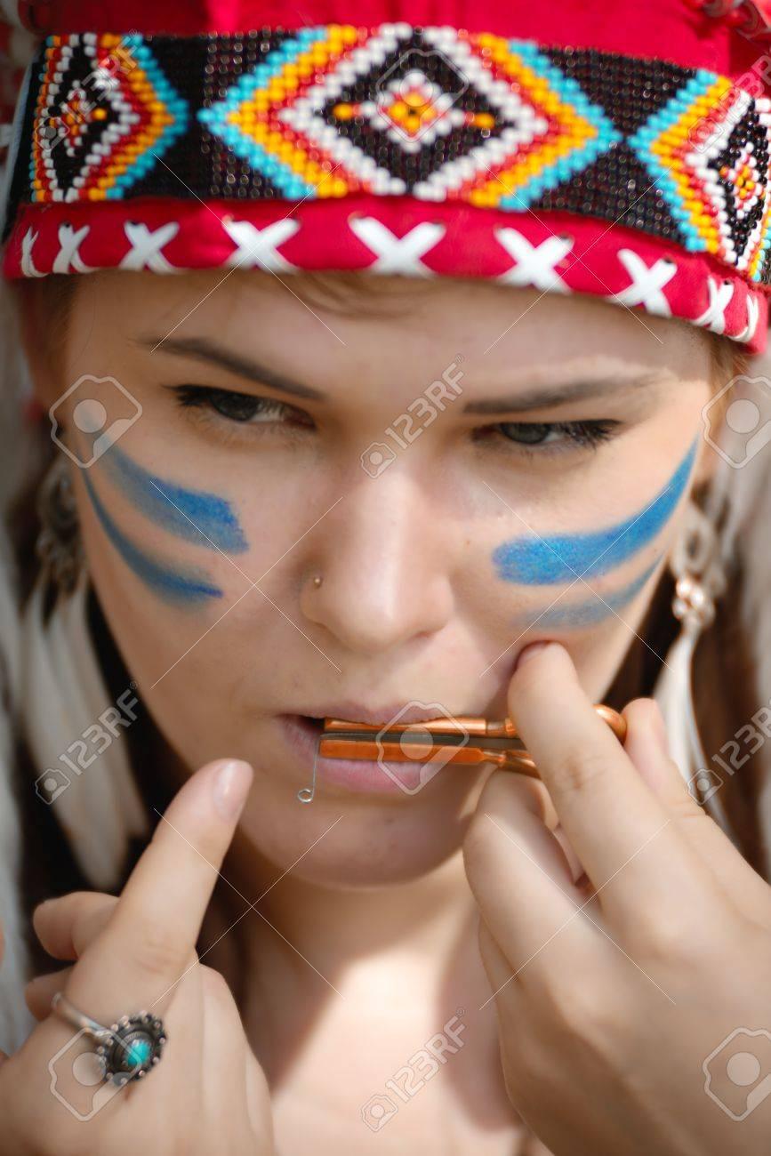 Jeune Femme En Chapeau De Guerre Coiffure De Pieces Amerindiennes