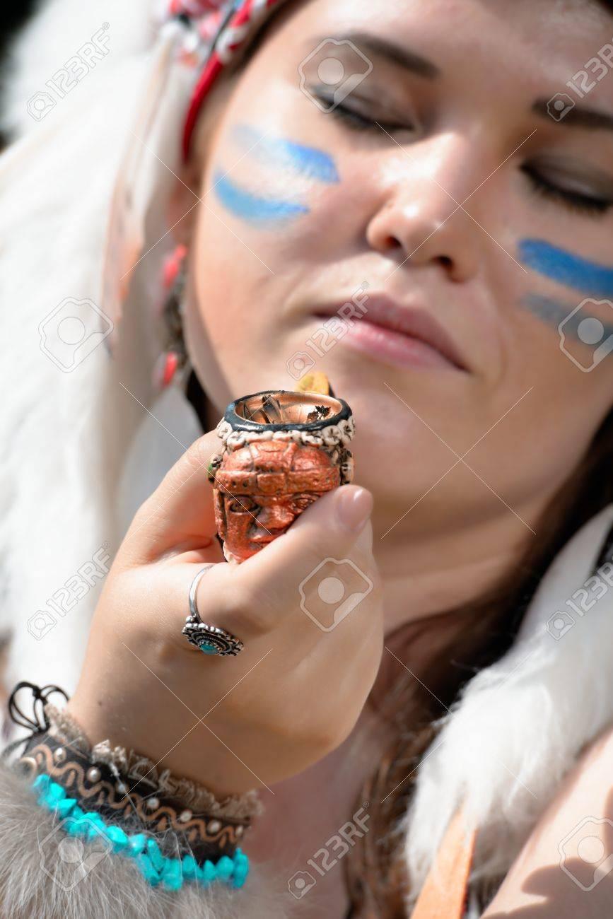 Jeune Femme En Chapeau De Coiffure De Guerre Des Indiens D Amerique