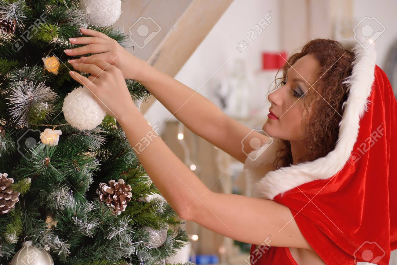 Sexy Chica De Santa Claus Poner Adornos De Navidad En El árbol Fotos Retratos Imágenes Y Fotografía De Archivo Libres De Derecho Image 34742132