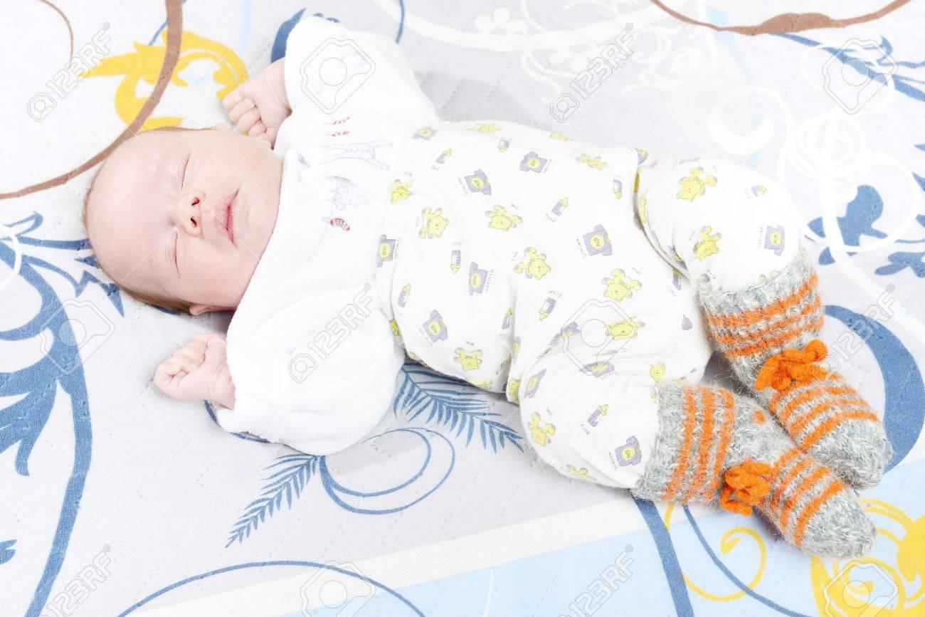 6233998af Bebé recién nacido en pijamas y calcetines de lana para dormir Foto de  archivo - 43617138