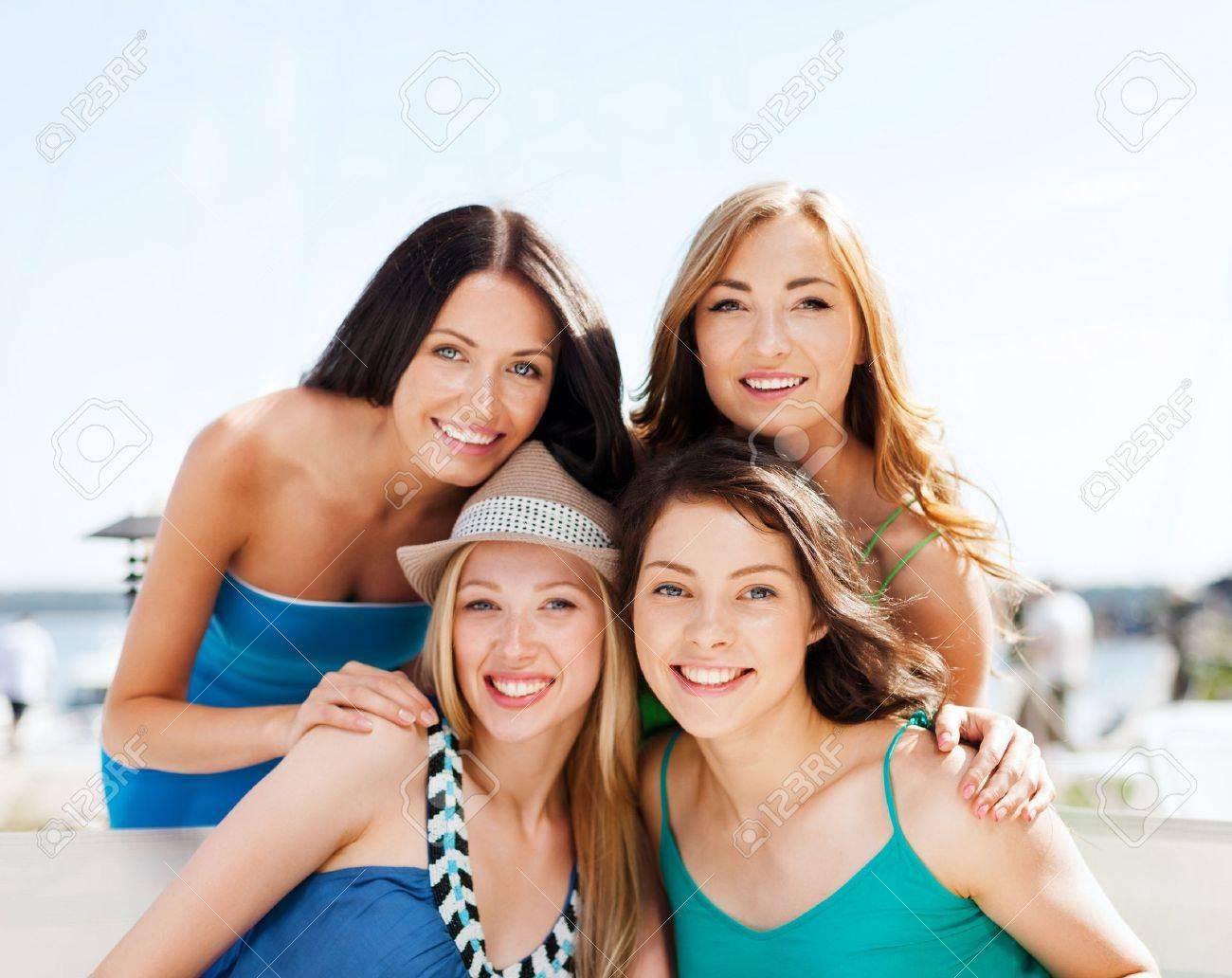 mujeres felices vacaciones de verano y vacaciones grupo de chicas en la cafetera en