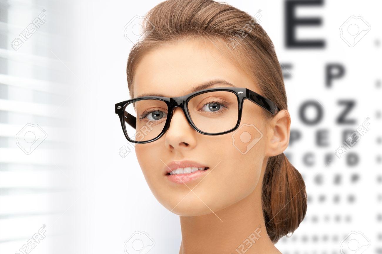 eb055b269f Foto de archivo - La medicina y el concepto de la visión - Mujer en lentes  con gráfica optométrica