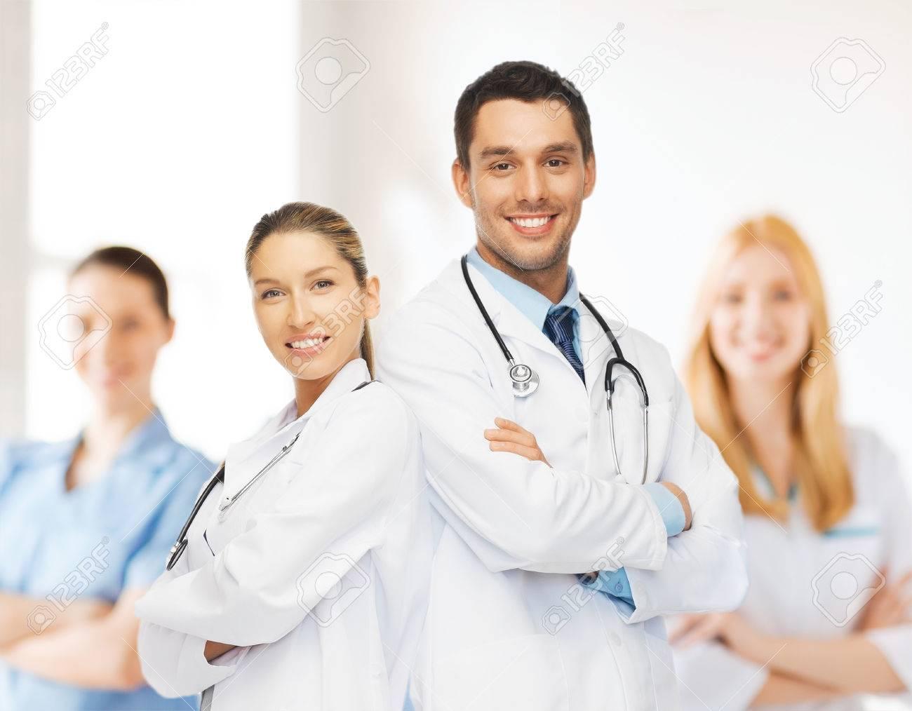 e8599d83e Foto de archivo - Salud, hospital y el concepto médico - equipo joven o  grupo de médicos