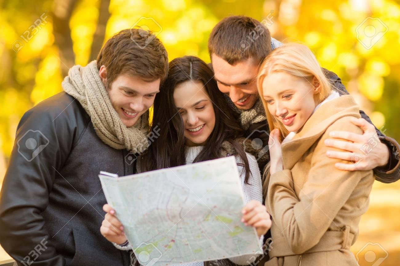 Vacaciones Concepto De Turismo Y Grupos De Amigos O Parejas Con