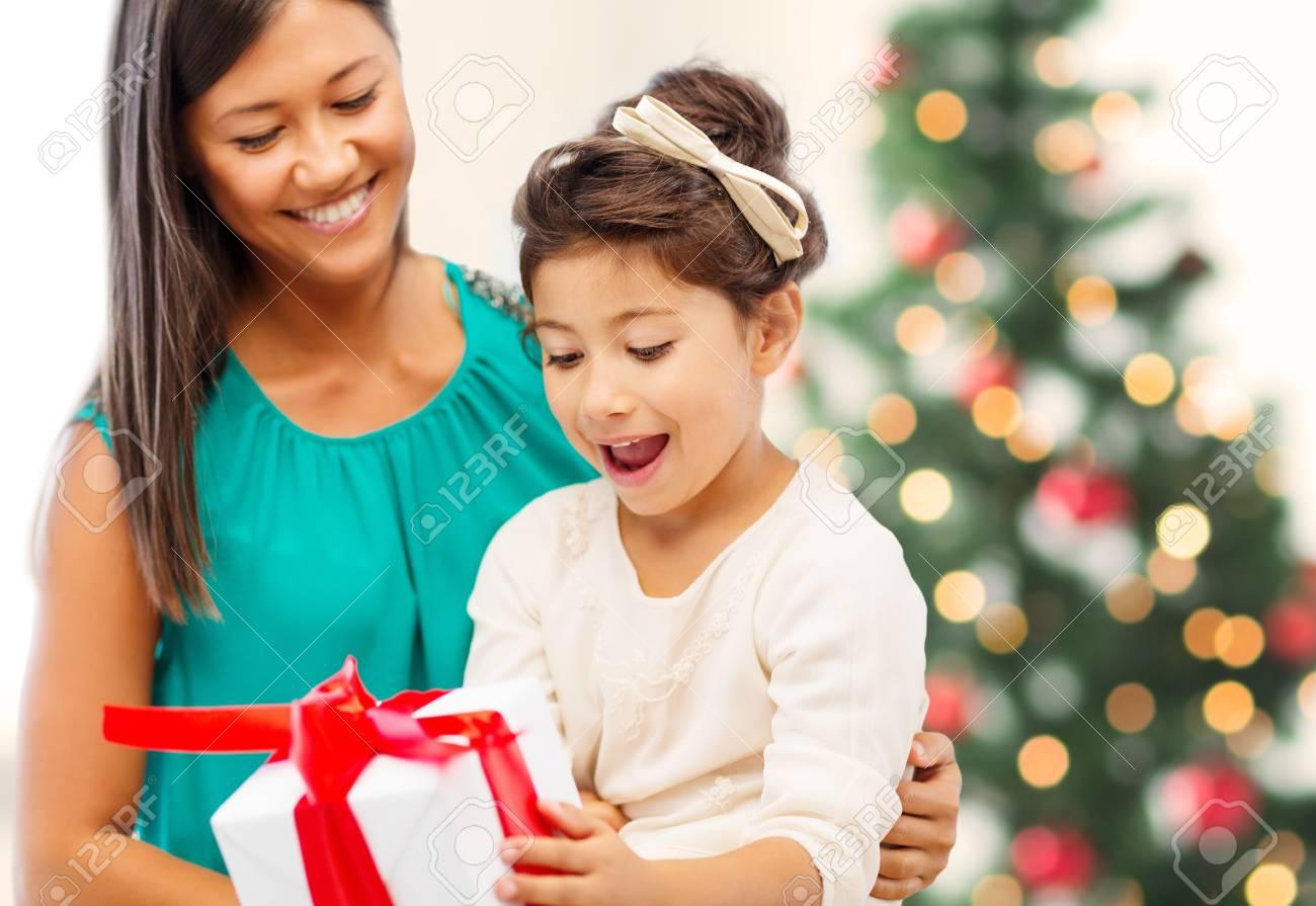 Vacances Cadeaux Noël X Mas Concept Danniversaire Joyeux Mère Et Lenfant Fille Avec Boîte Cadeau
