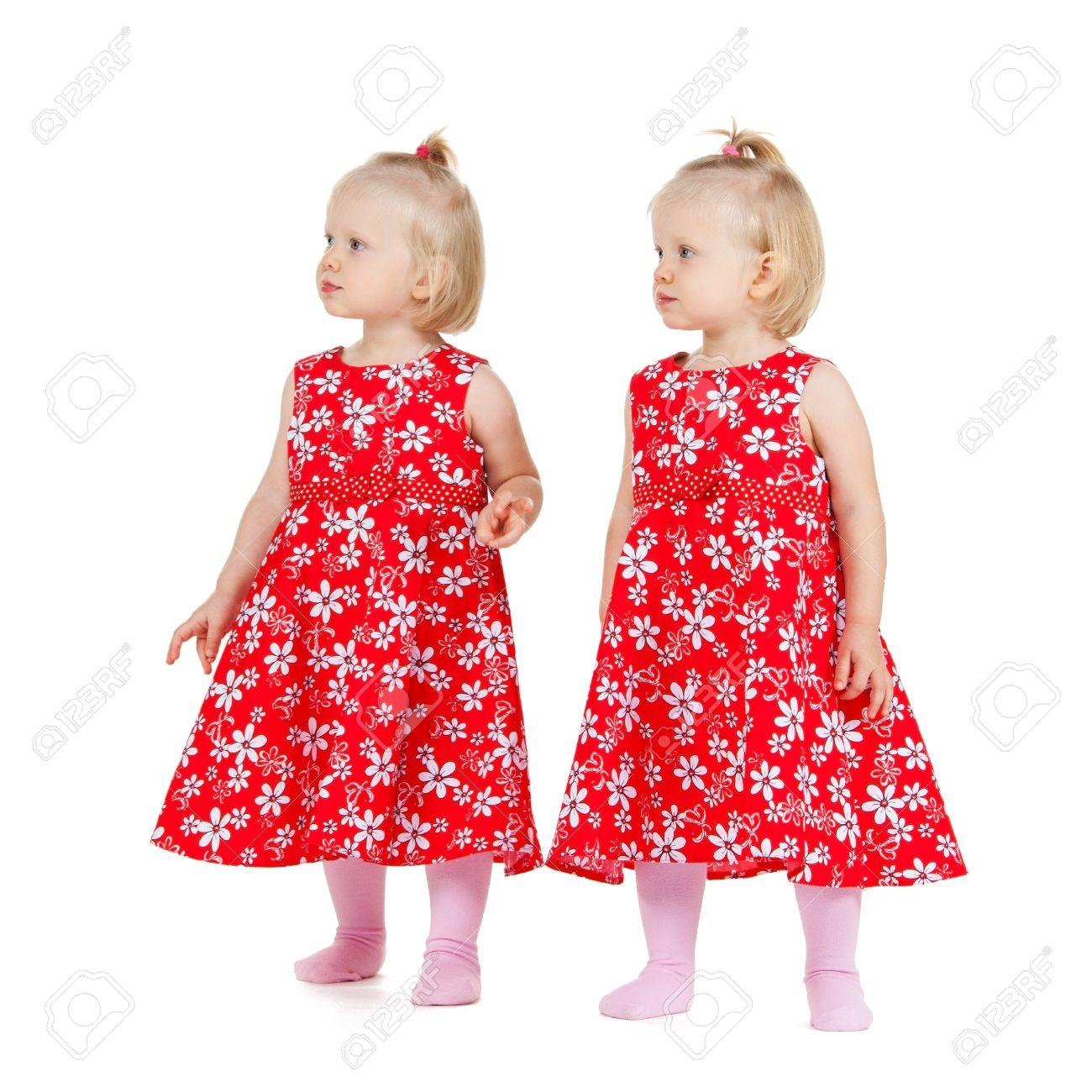 Los Niños Y Los Gemelos Concepto Dos Niñas Gemelas Idénticas En Vestidos Rojos Buscando Algún Lugar