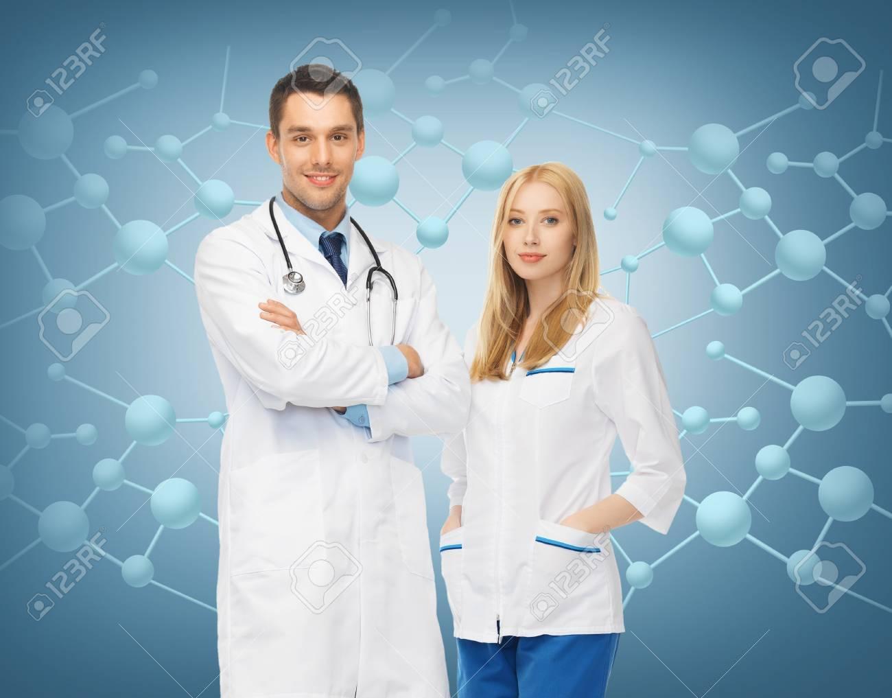9662f0397 Foto de archivo - Healthcar, la investigación, la ciencia, la química y el concepto  médico - retrato de dos médicos jóvenes atractivas
