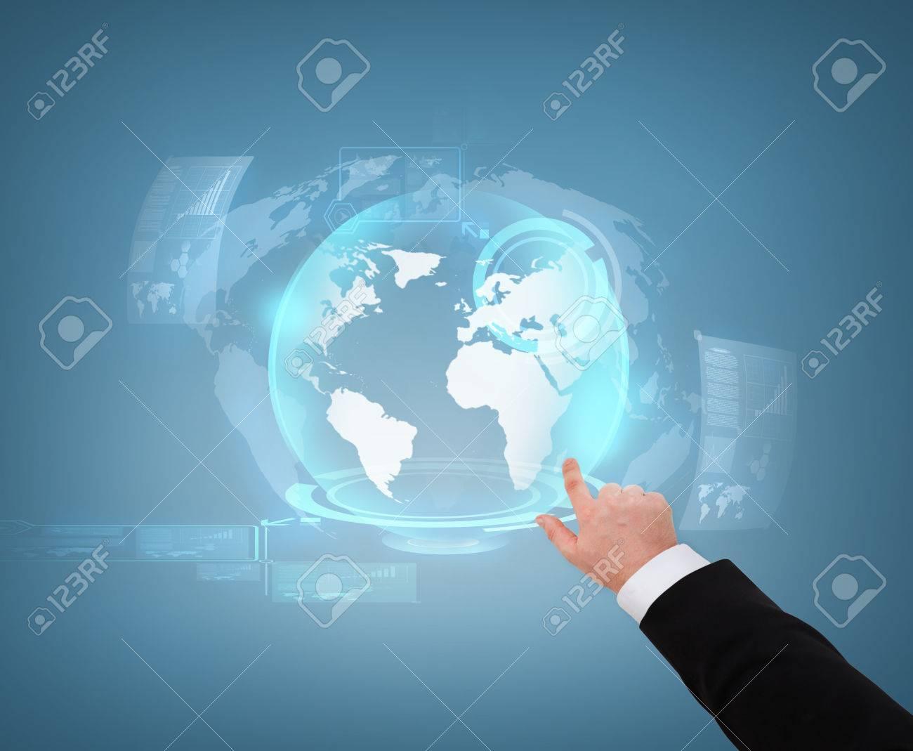 Entreprise et le futur concept de la technologie près d'homme d'affaires pointant vers globe hologramme
