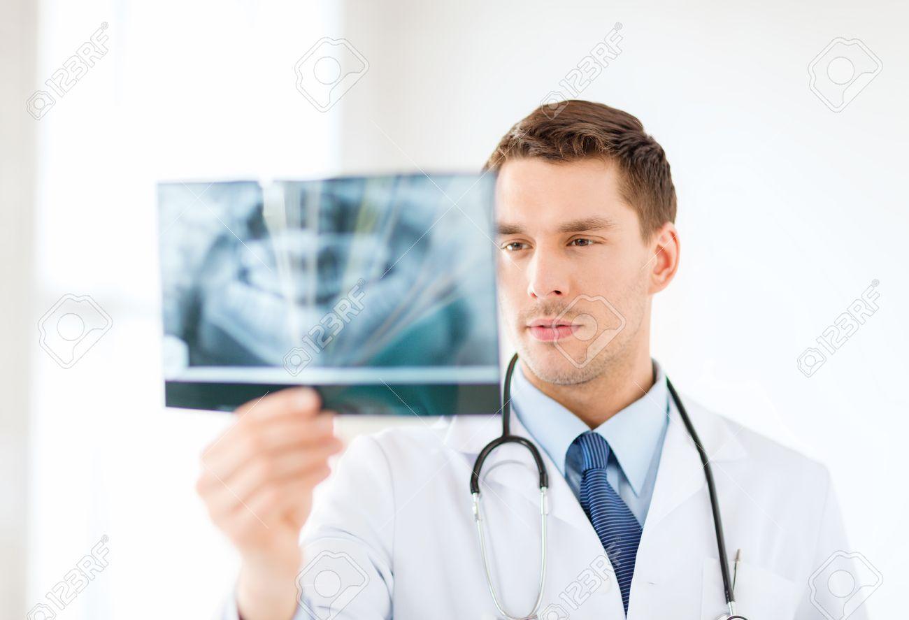 Смотреть врач рассматривает девочку 15 фотография
