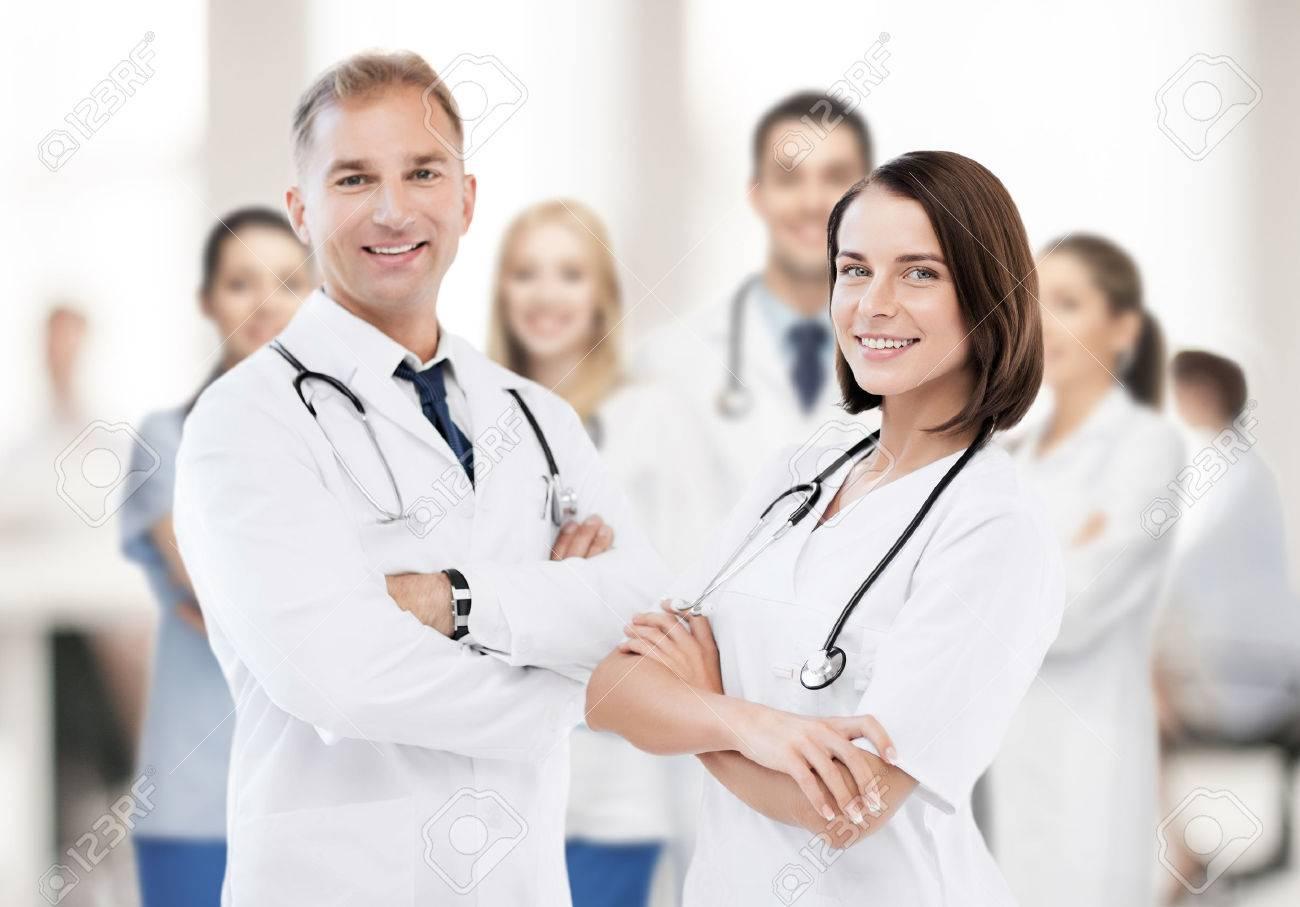 ff1188ec6 Cuidado de la salud y el concepto médico - retrato de dos médicos jóvenes  atractivas Foto
