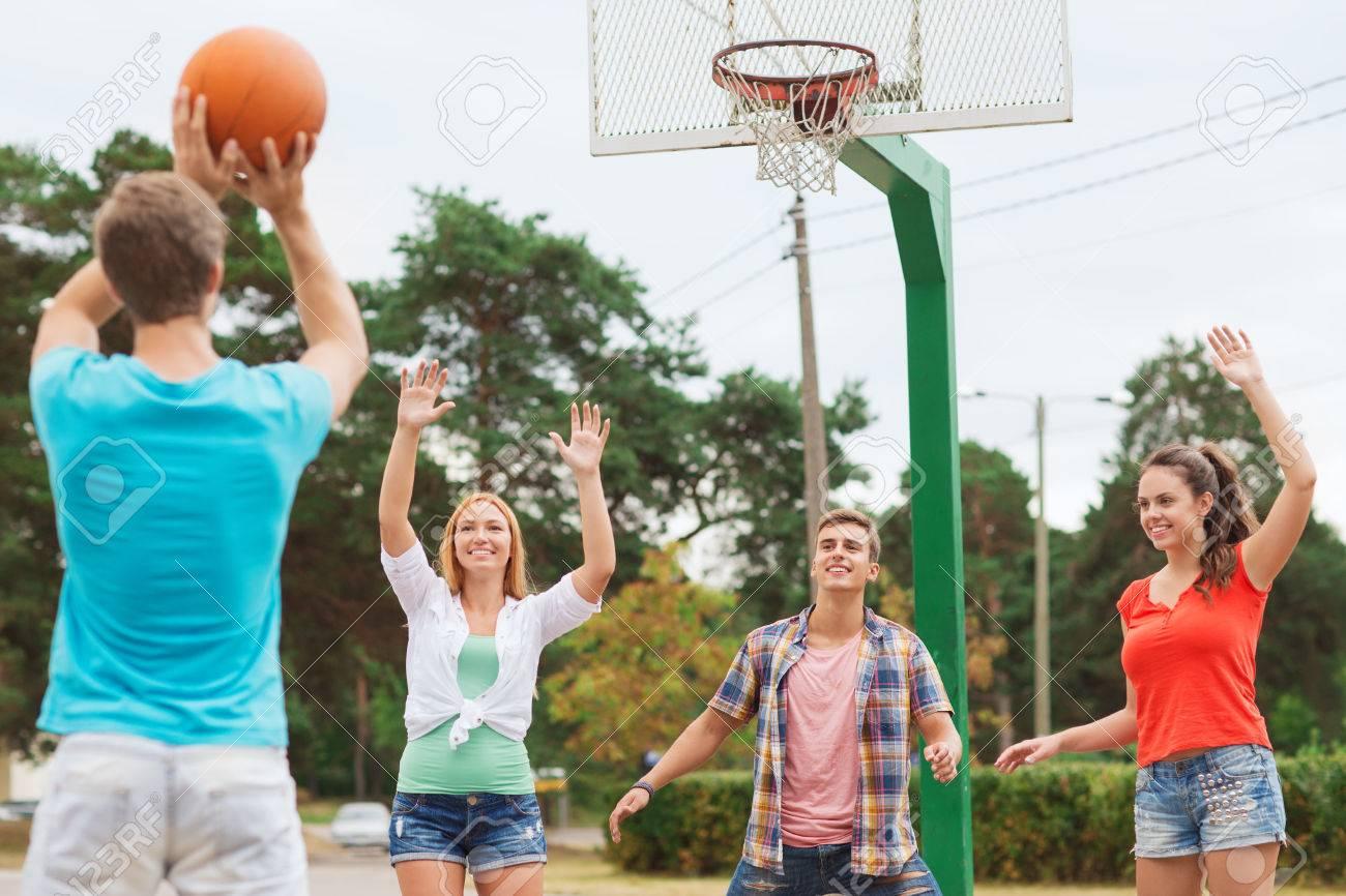 Grupo De Adolescentes Sonrientes Jugando Al Baloncesto Al Aire Libre