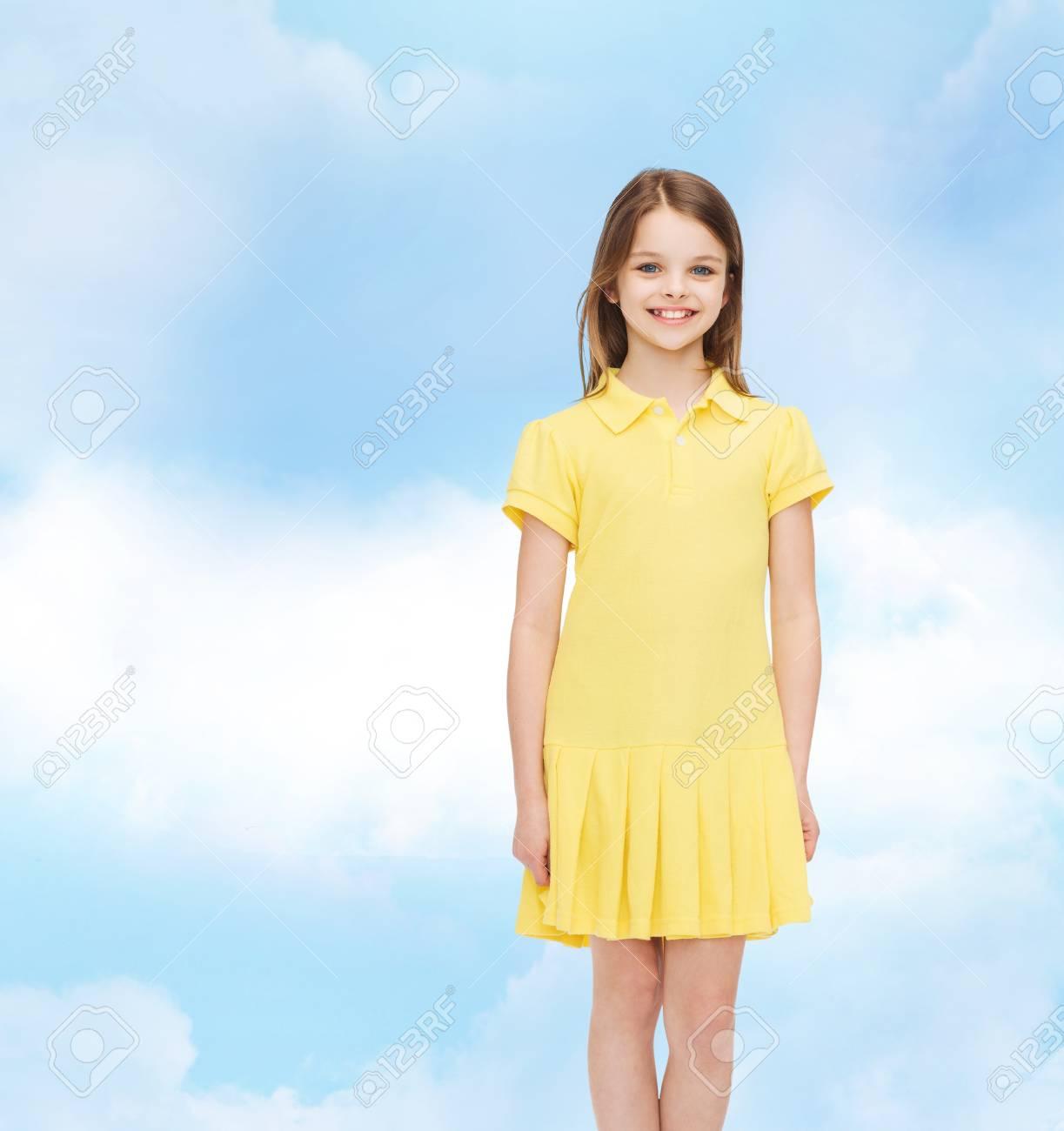 pretty nice 339ae 518f4 La felicità, l'infanzia e la gente concept - bambina sorridente in abito  giallo