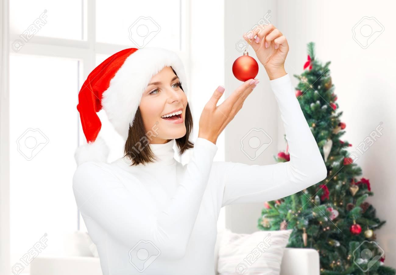 ... Weihnachten Und Glück Konzept   Eine Frau In Santa Helfer Hut Mit  Weihnachtsbaum Dekoration Ball über Wohnzimmer Und Weihnachtsbaum  Hintergrund