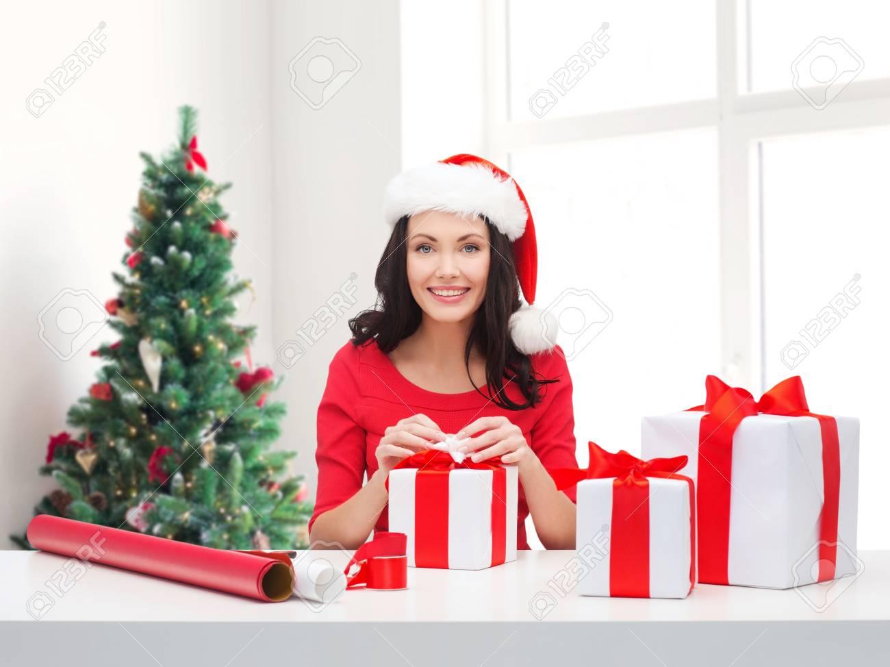 ... Und Personen Konzept   Lächelnde Frau In Santa Helfer Hut Mit Dekoration  Papierverpackung Geschenk Boxen über Wohnzimmer Und Weihnachtsbaum  Hintergrund