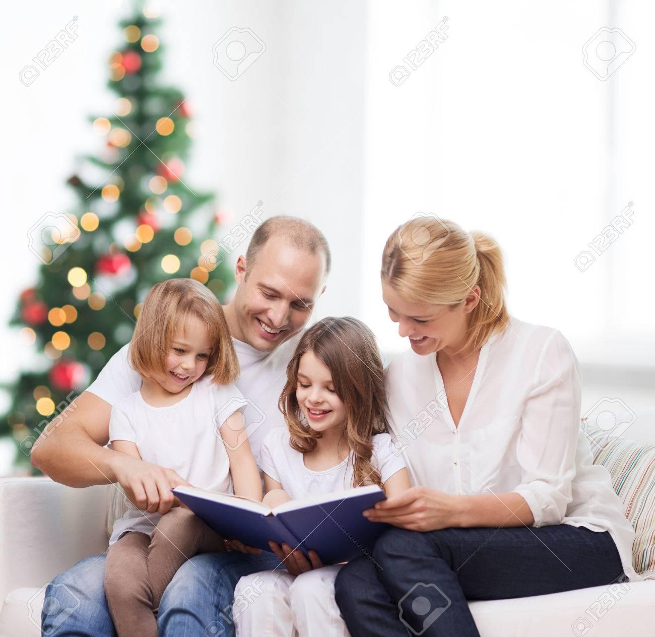 Famiglia, Infanzia, Vacanze E Persone - Madre Sorridente, Padre E ...