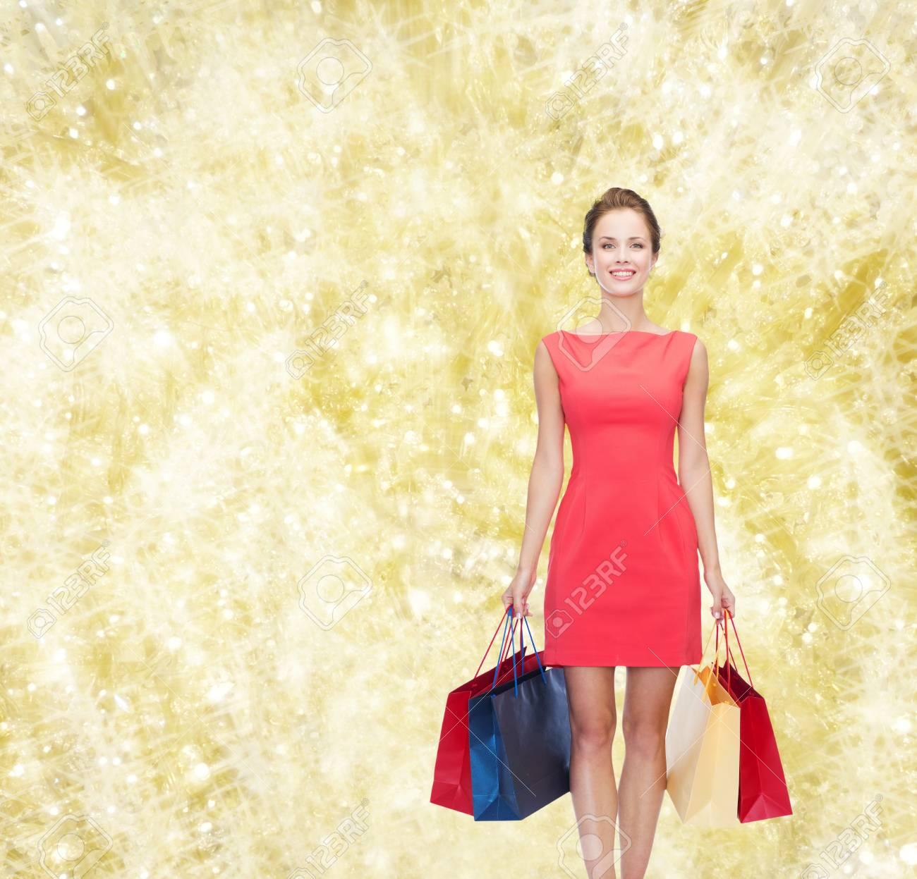 Shopping, Verkauf, Weihnachten Und Urlaub Konzept - Lächelnde ...