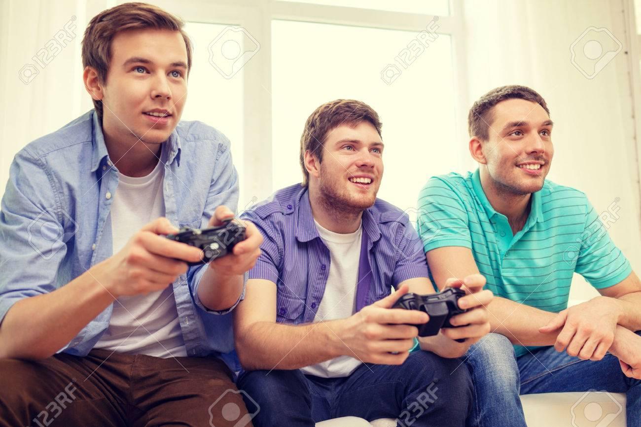 Amistad Tecnologia Juegos Y Concepto De Hogar Sonrientes Amigos