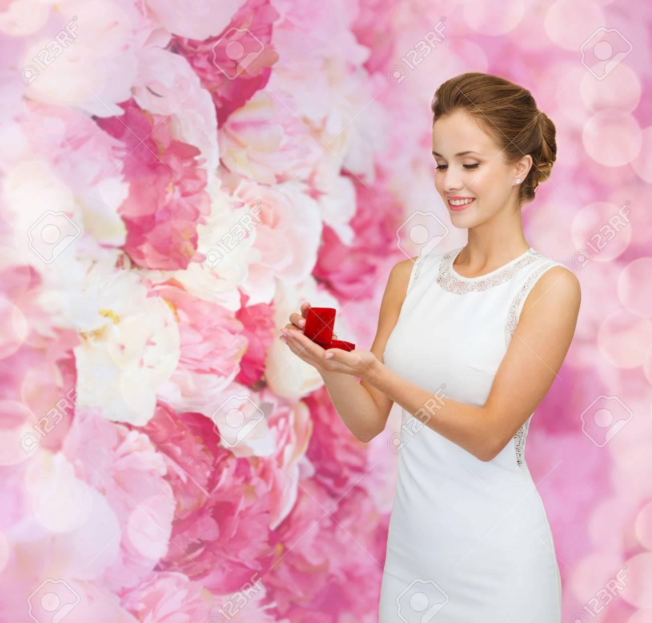 Mujer Sonriente Vestido De Blanco Con Caja De Regalo Rojo Con Anillo ...
