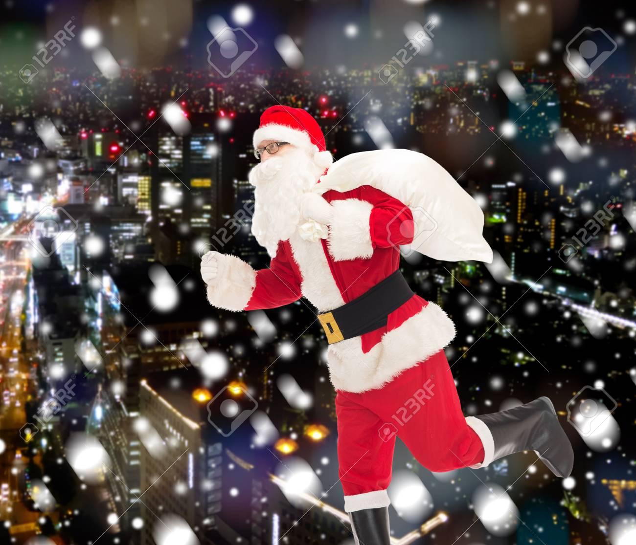 Weihnachten, Feiertage Und Personen-Konzept - Ein Mann Im Kostüm Von ...