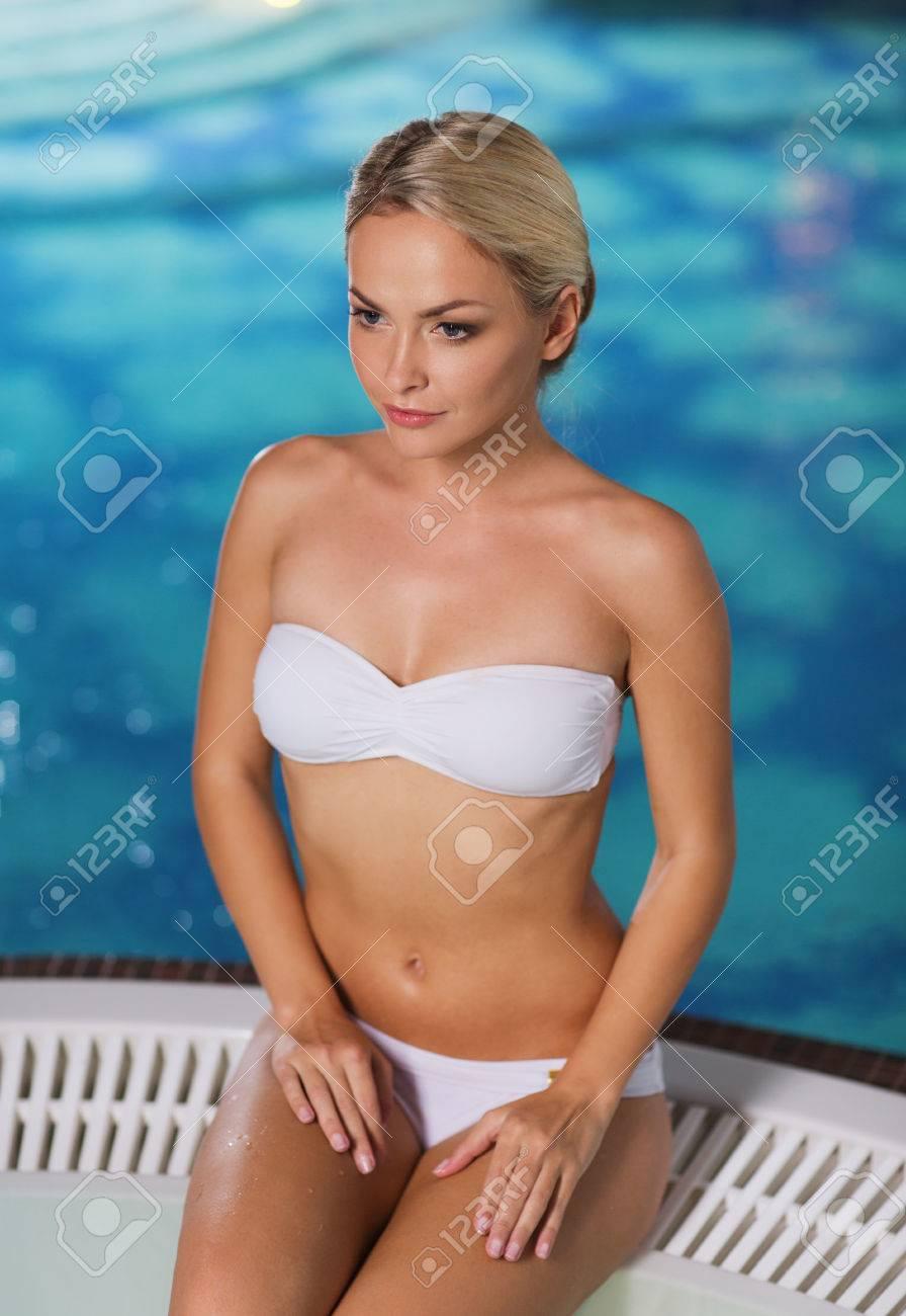 43f565719e23 Personas, belleza, spa, estilo de vida saludable y el concepto de  relajación - hermosa mujer joven con traje de baño bikini sentada en el  jacuzzi ...