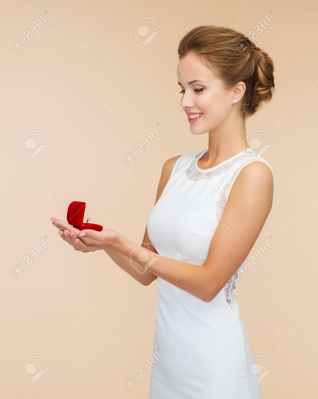 Hochzeit, Liebe, Engagement Und Glück Konzept - Lächelnde Frau Im ...