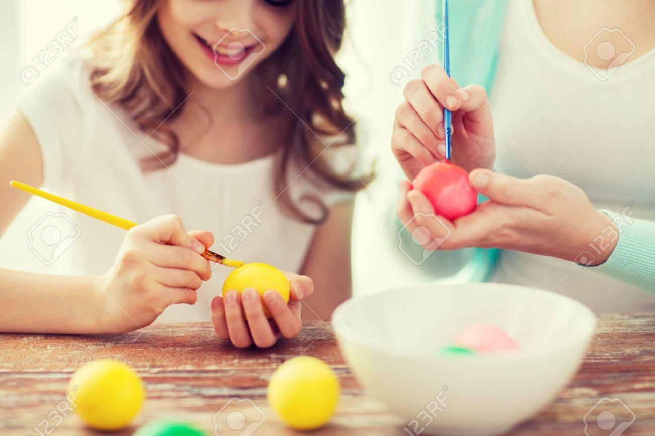 Ostern, Familie, Urlaub Und Kind-Konzept - Nahaufnahme Von Mädchen ...