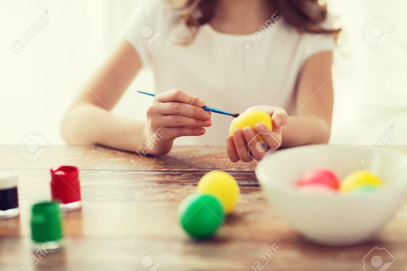 Ostern, Feiertag Und Kind-Konzept - Nahaufnahme Von Mädchen Färbung ...