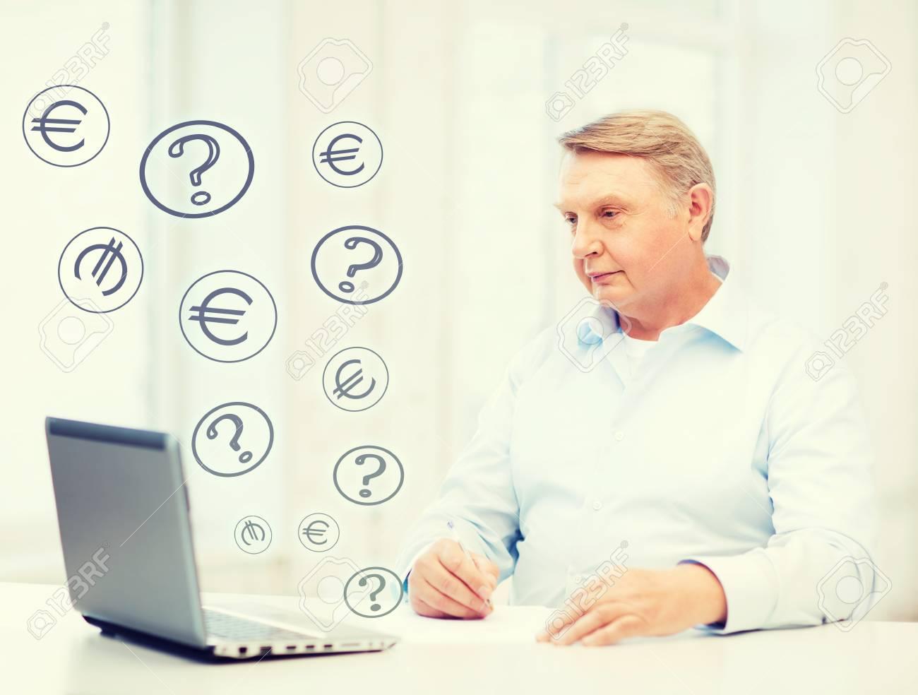 Entreprises l impôt et le concept de bureau vieil homme avec un