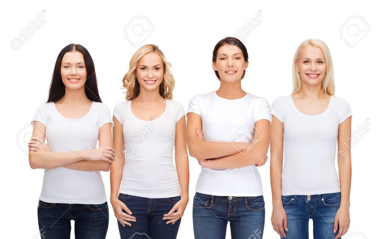 0088e8988e4 Diseño de la ropa y la gente la unidad concepto - grupo de mujeres  sonrientes felices