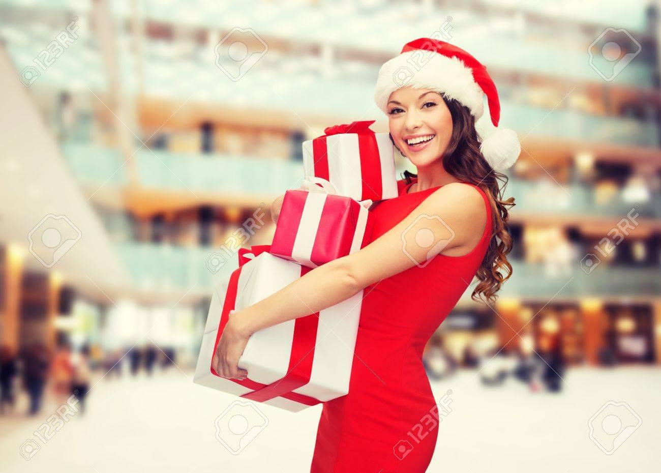 Weihnachten, Feiertage, Feiern Und Menschen Konzept - Lächelnde Frau ...