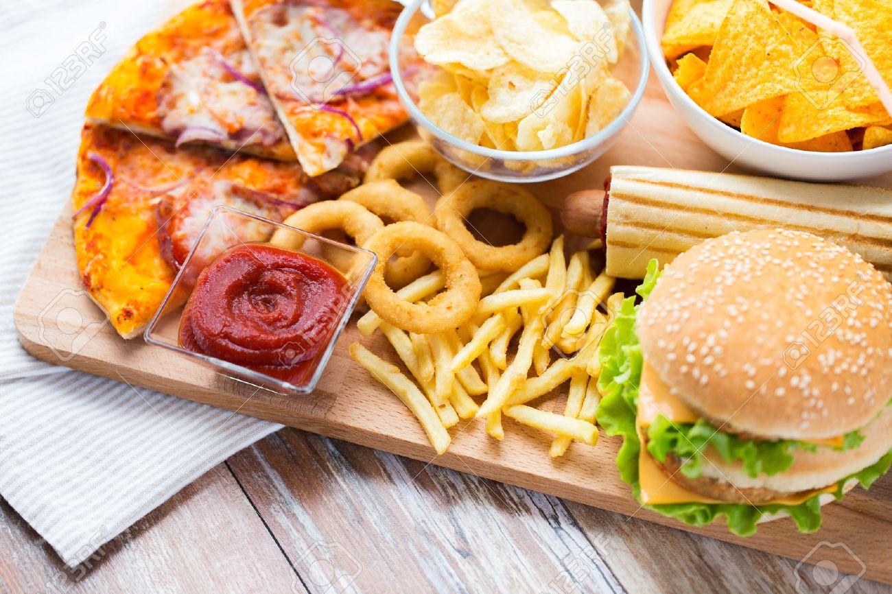 masanın üstünde sağlıksız yiyecekler ile ilgili görsel sonucu