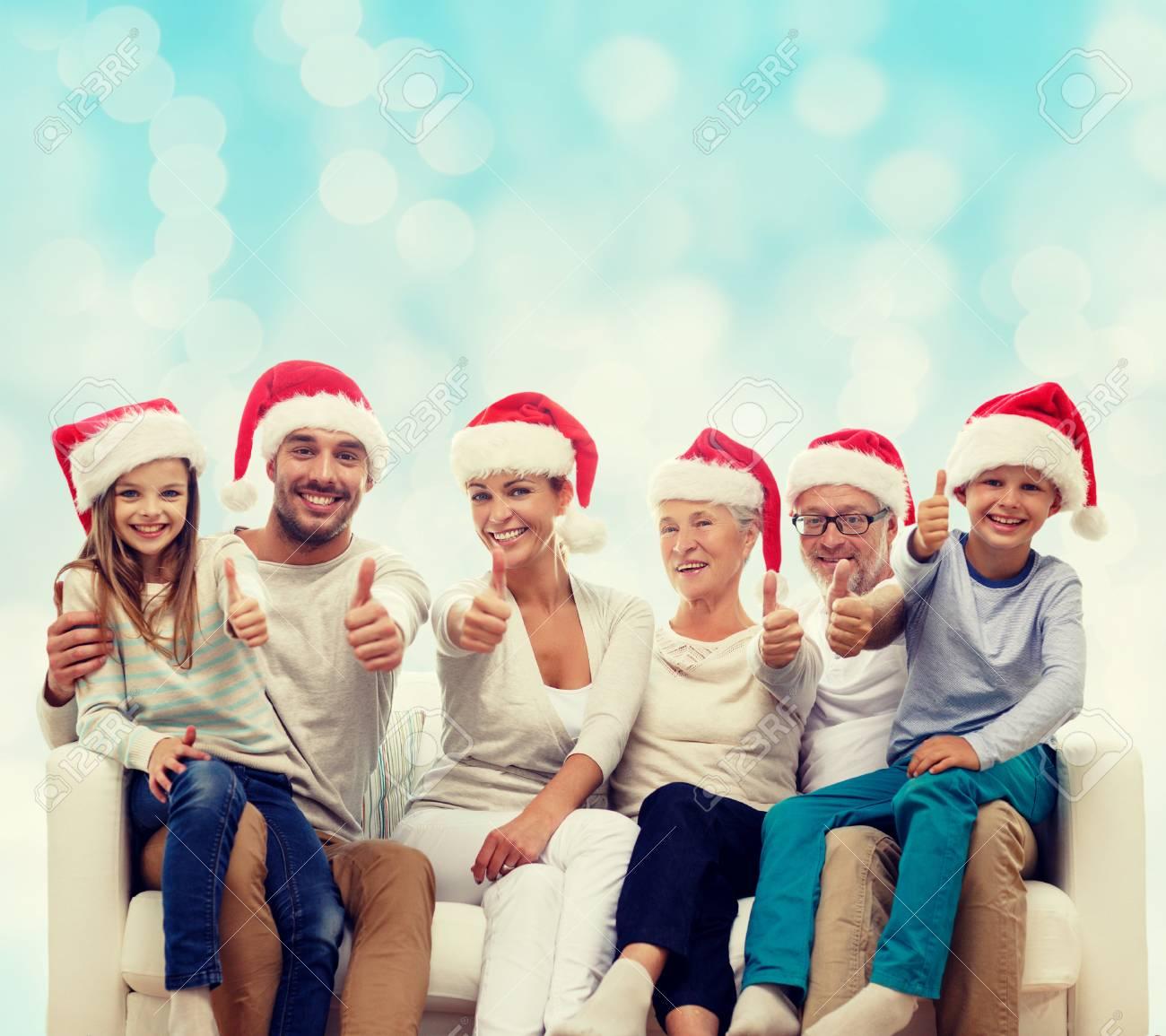 Glückliche Familie In Santa Helfer Hüte Sitzen Auf Der Couch Und ...