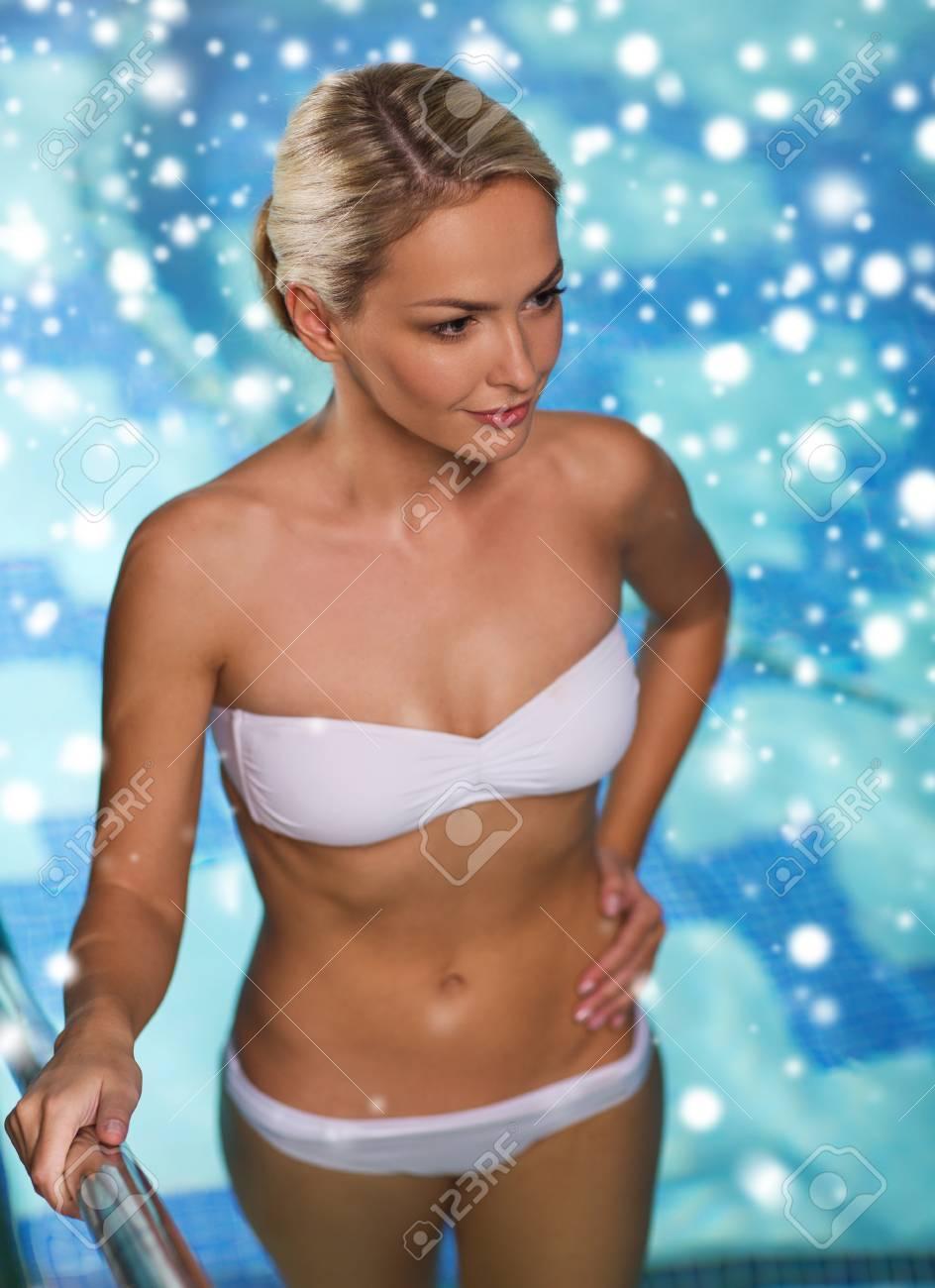13c0bf16db18 Personas, belleza, spa, estilo de vida saludable y el concepto de  relajación - hermosa mujer joven en traje de baño bikini elevar el piso de  arriba ...