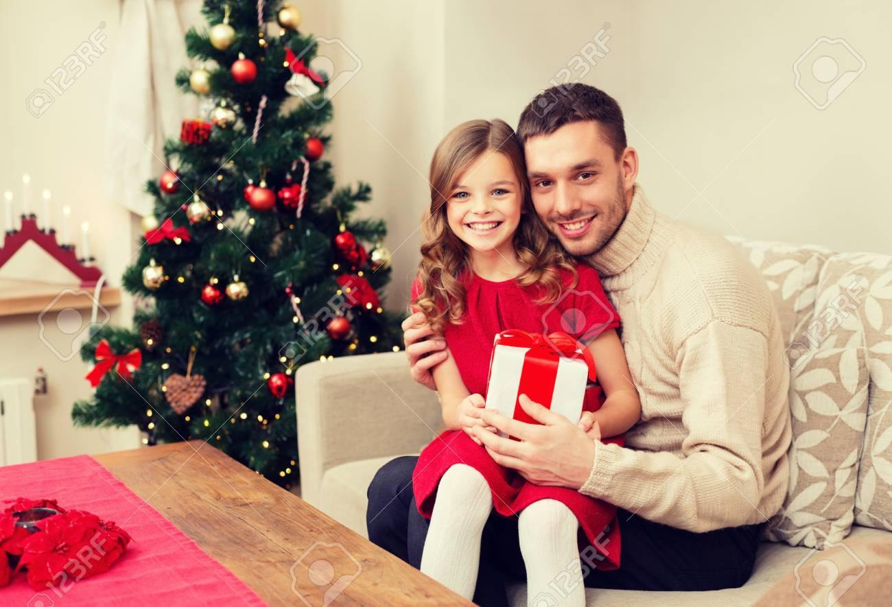 Geschenkideen Familie Weihnachten.Familie Weihnachten Glück Und Menschen Konzept Lächelnden Vater Und Tochter Mit Geschenk Box