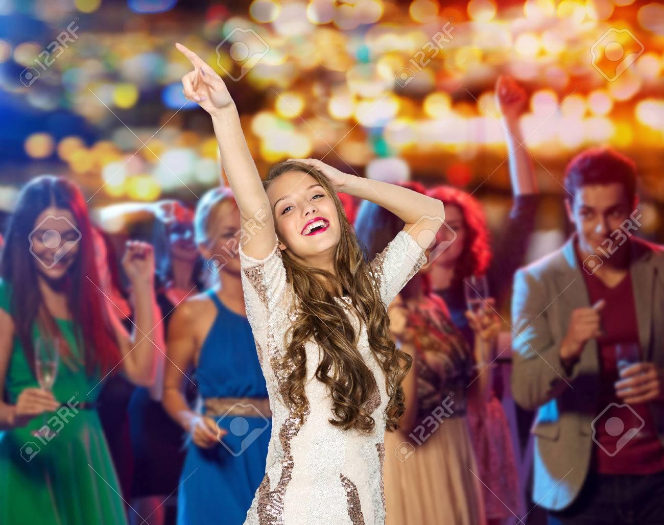 Девушку в платье толпа фото 184-976