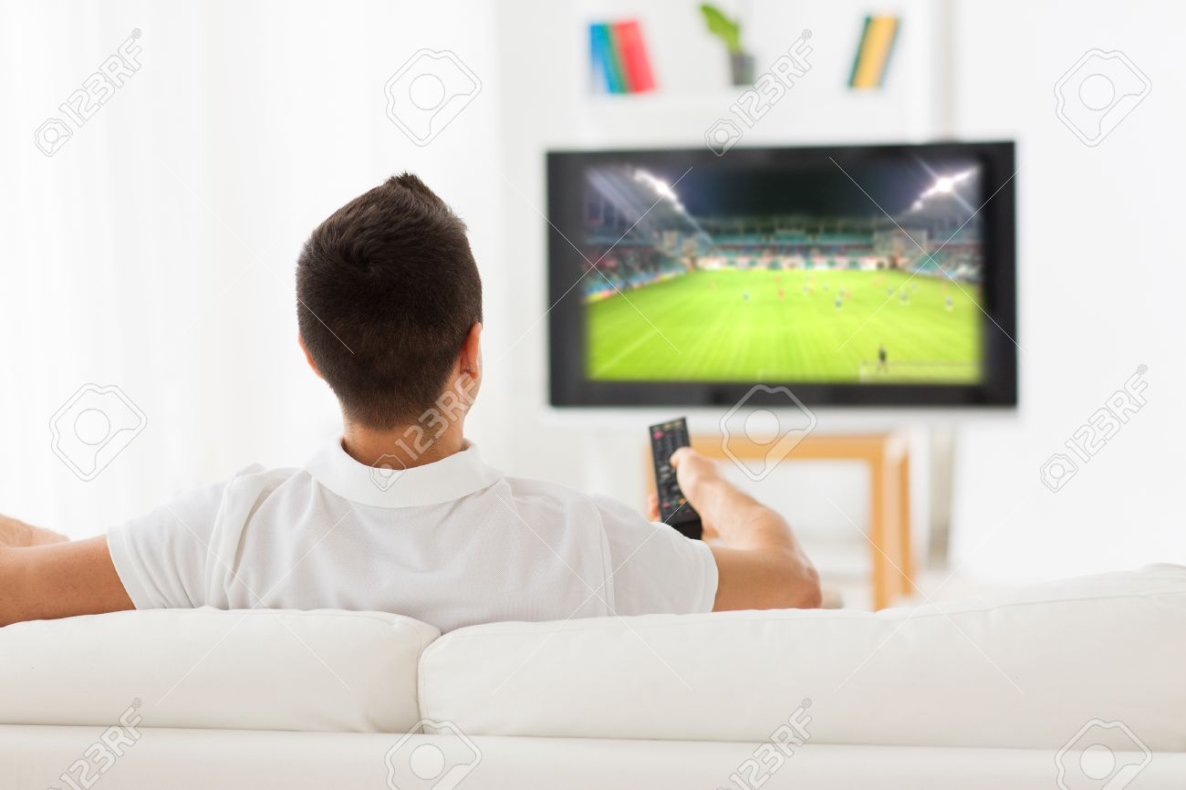 Hombre Mirando El Partido De Fútbol En La Televisión En El Hogar ...
