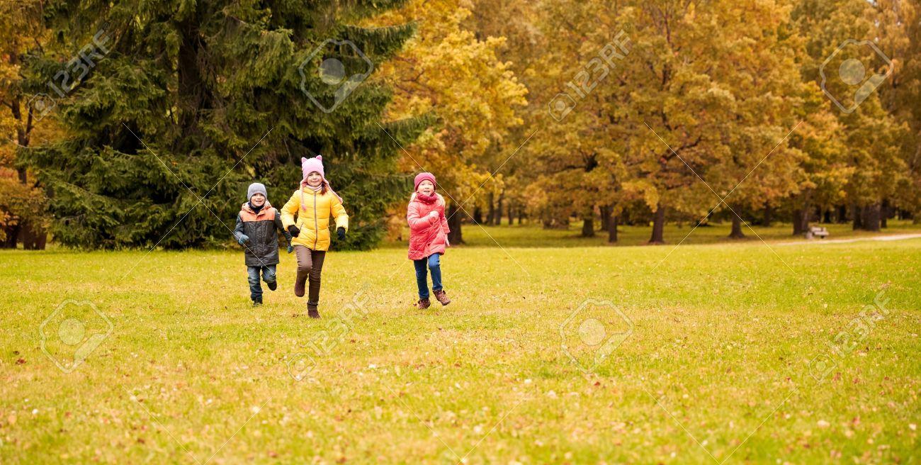 Grupo De Ninos Pequenos Felices Jugando Juego De La Etiqueta Y Que